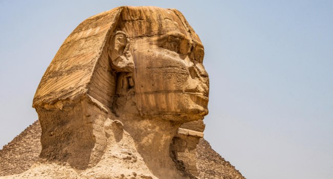 Египет. Гиза. Большой сфинкс. Egyptian Great Sphinx full body portrait head,with pyramids of Giza background Egypt empty with nobody copy space. Фото donogl