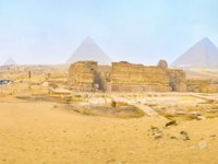 The morning visiting of Giza Necropolis in winter with still closed market stalls and crowdless tourist area next to Sphinx and Khafre Temple. Фото efesenko-Depositph
