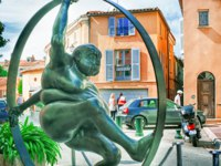 Лазурный Берег Франции. Сен-Тропе. Statue of a fat old man in a wheel on a street in St Tropez. France. Фото nevskyphoto - Depositphotos