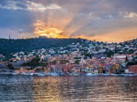 Лазурный берег Франции. Вильфранш. Coast view of French Riviera town Villefranche-sur-Mer at dramatic sunset reflecting in harbour. Фото elenathewise-Deposit