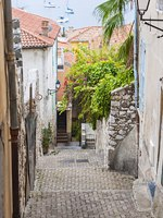 Narrow old street leading down to Mediterranean sea in medieval town Villefranche-sur-Mer on French Riviera, France. Фото elenathewise - Depositphotos
