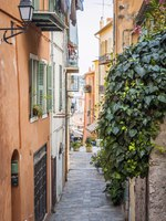 Narrow cobblestone street in medieval town Villefranche-sur-Mer on French Riviera, France. Фото elenathewise - Depositphotos