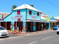 Остров Реюньон. Chez Lou Lou boulangerie is example of creole architecture. Typical retro restaurant in touristic resort on seaside. Фото vladvitek - Depositphotos