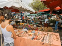 Остров Реюньон. People selling and buying craft at the market of Saint Gilles on La Reunion island, France. Фото Fotoember - Depositphotos