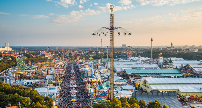 Клуб Павла Аксенова. Германия. Бавария. Фестиваль пива Октоберфест. Aerial view of Oktoberfest from St. Paul Cathedral. Фото anahtiris - Depositphotos