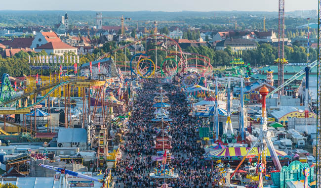 Клуб Павла Аксенова. Германия. Бавария. Мюнхен. Aerial view of the crowd in Oktoberfest from St. Paul Cathedral. Фото anahtiris - Depositphotos