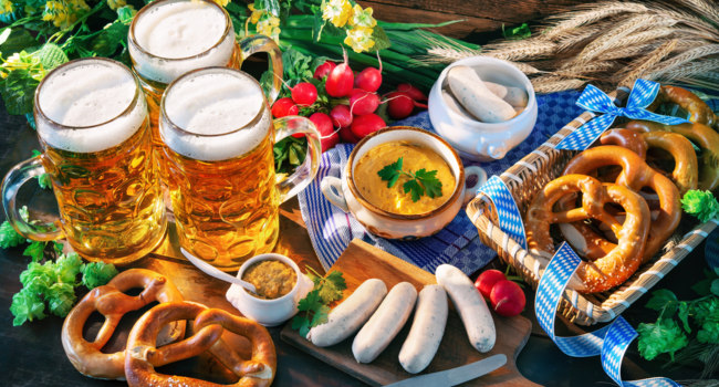 Клуб Павла Аксенова. Германия. Бавария. Bavarian sausages with pretzels, sweet mustard and beer mugs on rustic wooden table. Фото alexraths - Depositphotos
