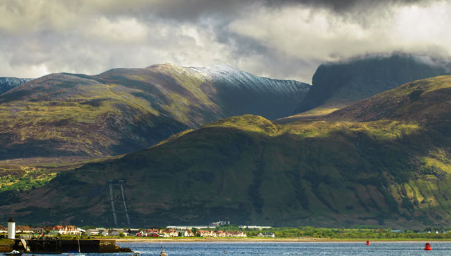 Клуб путешествий Павла Аксенова. Ben Nevis mountain and Fort William town. Landscape in Highlands of Scotland, Uk. Фото StevanZZ - Depositphotos