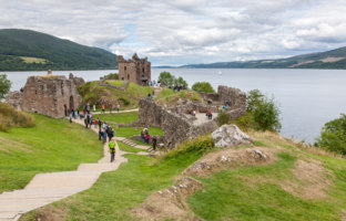 Клуб путешествий Павла Аксенова. Великобритания. Долина Глен-Мор. Urquhart Castle along Loch Ness lake. Фото bukki88 - Depositphotos