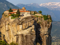 Греция. Метеора. Kalampaka Town and rock with Holy Trinity Monastery on a top, Meteora, Greece. Фото whitewizzard - Depositphotos
