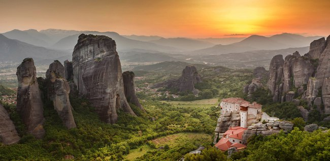 Клуб путешествий Павла Аксенова. Греция. Метеора. Roussanou Monastery at Meteora Monasteries in Trikala region, Greece. Фото whitewizzard - Depositphotos
