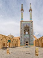 Иран. Йезд. Мечеть Джаме. Yame mosque in old city has the tallest portal of all mosques in Iran. Фото dbajurin - Depositphotos