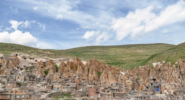 Иран. Деревня Кандован в Восточном Азербайджане. View of Iranian ancient cave troglodyte village Kandovan in East Azerbaijan. Iran. Фото leshiy985 - Depositphotos