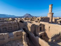 Иран. Йезд. Заброшенный город Харанек. Kharanagh Ardakan Castle, ancient village near the desert city of Yazd in Iran. Фото fotokon - Depositphotos