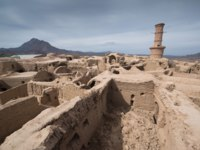 Иран. Йезд. Заброшенный город Харанек. Kharanagh Ardakan Castle, ancient village near the desert city of Yazd in Iran. Фото Pe3check - Depositphotos