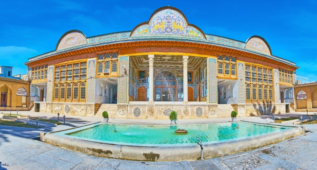 Иран. Шираз. Комплекс Наренжестан. Дом Кавамов. Panorama of Qavam House in Naranjestan complex with nice fountain in front of it in Shiraz. Фото efesenko - Depositphotos