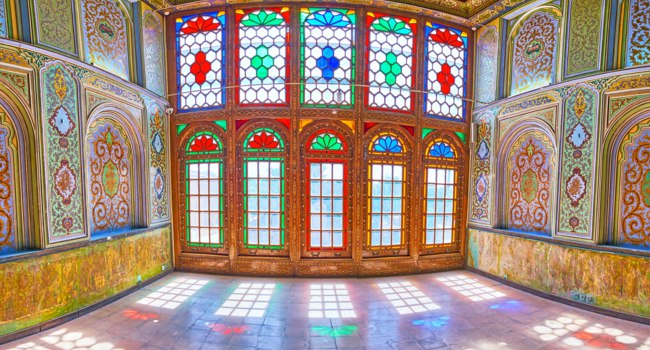 Иран. Шираз. Комплекс Наренжестан. Дом Кавамов. The colored stained glass windows are reflected on the floor of the chamber of Qavam House of Naranjestan complex in Shiraz. Фото efesenko - Depositphotos
