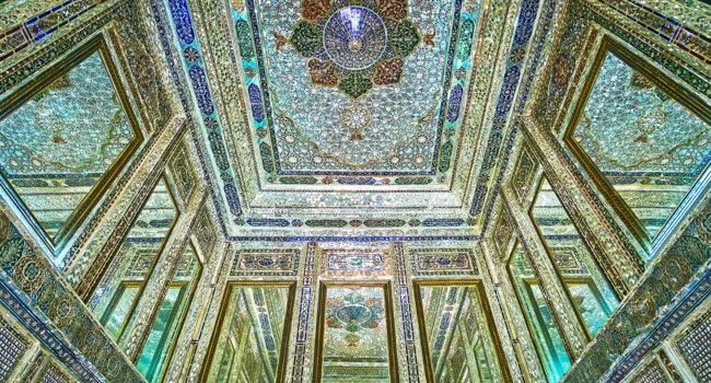 Иран. Шираз. Комплекс Наренжестан. Дом Кавамов. The rich decors of mirror hall of Qavam (Ghavam) House in Naranjestan complex in Shiraz. Фото efesenko - Depositphotos