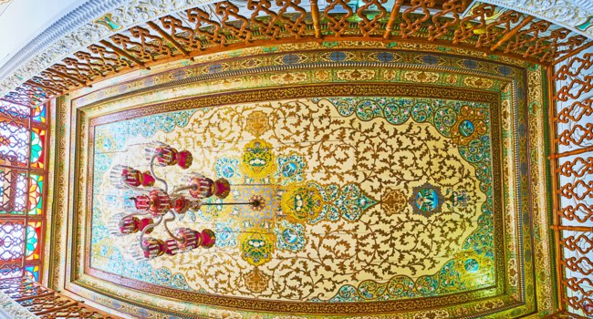 Иран. Шираз. Комплекс Наренжестан. Дом Кавамов. Panorama of the ceiling in Meeting Hall of Qavam (Ghavam) House in Naranjestan complex. Shiraz. Iran. Фото efesenko - Depositphotos