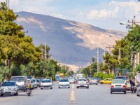 Иран. Шираз. На дорогах города. Shiraz, Fars Province, Iran, traffic from many cars on the streets of the old Persian city. Фото leshiy985 - Depositphotos
