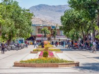 Иран. Шираз. Скверы города. Shiraz, Fars Province, Iran, the usual view of an Iranian city on a routine day. Фото leshiy985 - Depositphotos