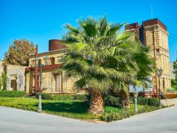 Иран. Шираз. Худ. галерея. The building of Taropood Art Gallery, surrounded by greenery of Jahan Nama Garden, Shiraz, Iran. Фото efesenko - Depositphotos