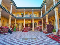 Иран. Рынки Шираза. The courtyard of Carpet market with kilims and rugs, lying on the floor, pillowcases in Shiraz, Iran. Фото efesenko-Deposit
