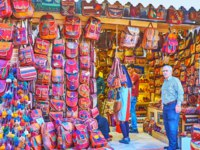 Иран. Рынки Шираза. The large amount of bags in ethnic style, produced from the woven material and leather in Shiraz. Фото efesenko - Depositphotos