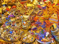 Иран. Рынки Шираза. The showcase of the stall in Vakil Bazaar with heap of jewelries - rings, bracelets and beads, Shiraz, Iran. Фото efesenko - Depositphotos