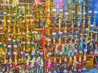 Иран. Рынки Шираза. The wide range of shisha water pipes in store of Bazar-e No in Shiraz. Фото efesenko - Depositphotos