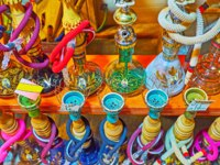 Иран. Рынки Шираза. The rows of shisha water pipes, on showcase of the market stall of Bazar-e No, Shiraz, Iran. Фото efesenko - Depositphotos