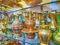Иран. Рынки Шираза. The masterpiece brass jugs, coffee pots, vases and tea sets, decorated in Meenakari technique, fine floral patterns. Фото efesenko - Deposit