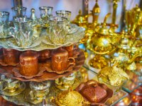 Иран. Рынки Шираза. Traditional Persian tea sets of brass, copper and steel, decorated with engraved patterns, Ordu Bazaar, Shiraz, Iran. Фото efesenko - Deposit