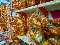 Иран. Рынки Шираза. The market stall of Ordu Bazaar offers beautiful handmade copper tea sets, decorated with chasing, Shiraz, Iran. Фото efesenko - Deposit