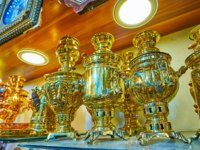 Иран. Рынки Шираза. The shiny brass samovars (tea boilers) on the shelf of cookware wokshop of Ordu Bazaar, Shiraz, Iran. Фото efesenko - Depositphotos