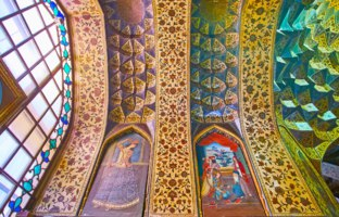 Иран. Шираз. Интерьер музея Парс. The complex vault of Kolah Farangi pavilion with beautiful carvings and painted flowers in Shiraz. Фото efesenko-Deposit