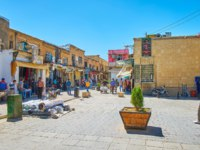 Иран. Шираз. The day activity in the shabby street of Bazar-e No, full of small stalls, teahouses, workshops and warehouses in Shiraz. Iran. Фото efesenko - Depositphotos