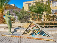 Иран. Шираз. The modern sculpture of a man, pooling a bookshelf, decorates the Azadi Boulevard in Shiraz. Фото efesenko - Depositphotos