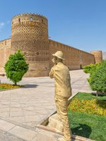 Иран. Шираз. Photographer statue by the old citadel Karmin Khan in the centre of the city. Фото dbajurin - Depositphotos
