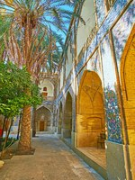 Иран. Шираз. The shady alley along the wall of Madraseh-ye Khan, decorated with tiled patterns, Shiraz, Iran. Фото efesenko - Depositphotos
