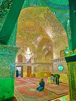 Иран. Шираз. Зеркальная мечеть. The muslim worshipers in Mirror Hall of Imamzadeh Ali Ibn Hamzeh Holy Shrine in Shiraz. Фото efesenko - Depositphotos