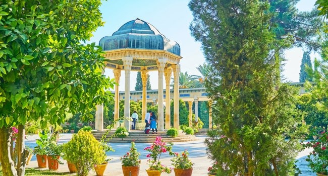 Иран. Шираз. Мавзолей Хафиза. The scenic alcove of Hafez Tomb with columns and lush greenery of Mussala Gardens around it, Shiraz, Iran. Фото efesenko-Deposit