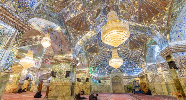 Иран. Шираз. Мавзолей Шах-Черах. Interior of Shah-e-Cheragh Shrine. Фото mazzzur - Depositphotos