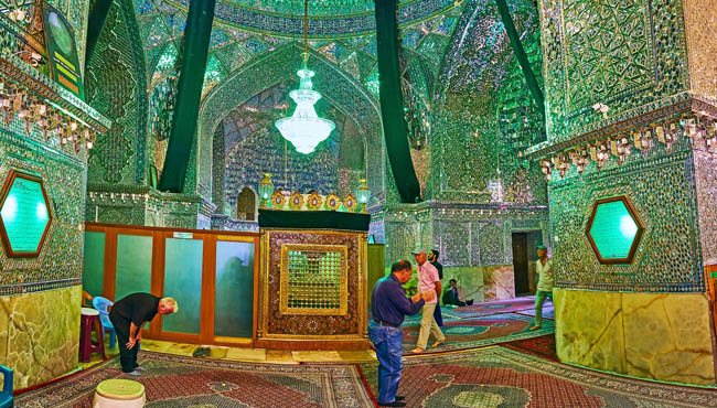 Иран. Шираз. The Mirror Hall of Imamzadeh Ali Ibn Hamzeh Holy Shrine with mausoleum in the middle and ornate mirrorwork on walls in Shiraz. Фото efesenko - Deposit