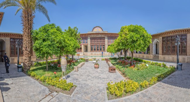 Иран. Шираз. Дом Зинат ол Мольк. Zinat ol Molk House inner garden it is a private house turned into a museum. Shiraz. Iran.  Фото dbajurin - Depositphotos