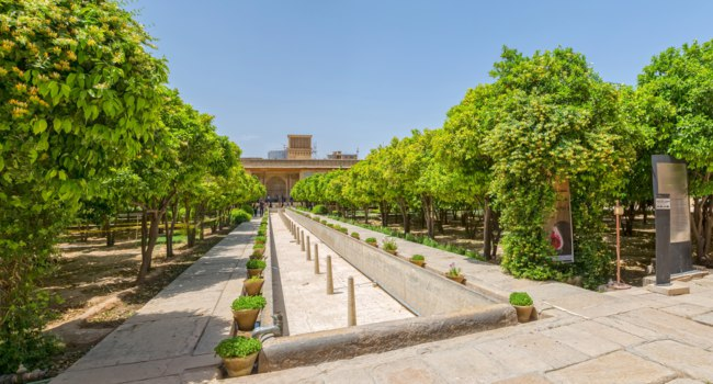 Иран. Шираз. Крепость Керим-хан. Inside garden of the old citadel Karim Khan in the centre of the Shiraz city. Iran. Фото dbajurin - Depositphotos
