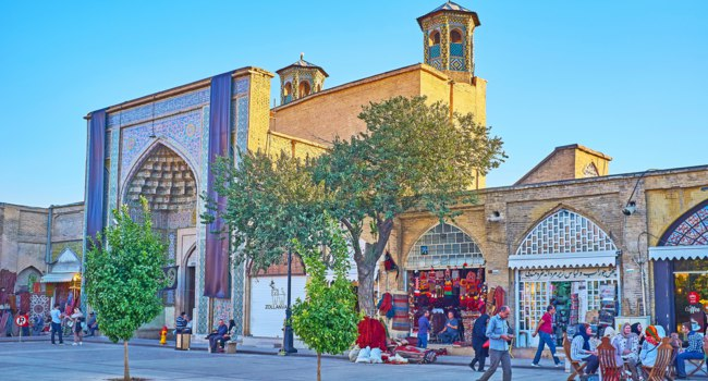 Иран. Шираз. Мечеть Вакиль. The Vakil mosque is surrounded by souvenir stalls, cafes and art galleries, popular among tourists in Shiraz. Фото efesenko - Depositphotos