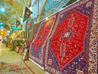 Иран. Шираз. Рынок Вакиль. The carpet section of Vakil Bazaar with beautiful kilims, decorated with colorful Persian patterns, in Shiraz. Фото efesenko - Depositphotos