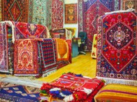 Иран. Шираз. Рынок Вакиль. Watch the colorful Persian carpets in Vakil Bazaar of Shiraz, these are traditional goods and gifts from Iran. Фото efesenko - Depositphotos