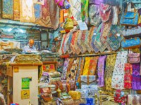 Иран. Шираз. Рынок Вакиль. The stall in Vakil Bazaar with wide range of silk tapestries, bags, clothes and other traditional goods in Shiraz. Фото efesenko-Depositphotos